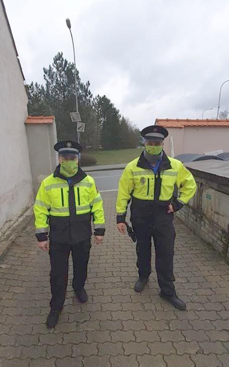 Strážníkům pionýrské roušky docela ladí s uniformami.